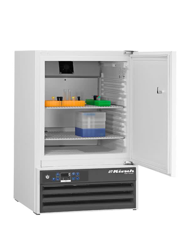 Laborkühlschrank LABO-100 von Kirsch mit offener Standardtüre und Ansicht von der Seite