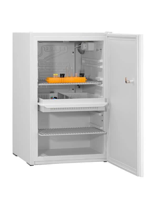 Laborkühlschrank LABO-85 von Kirsch mit offener Standardtüre und Ansicht von der Seite