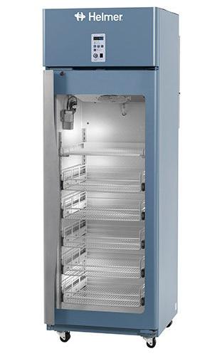 Medikamentenkühlschrank HPR111 von Helmer mit geschlossener Glastüre und Ansicht von der Seite