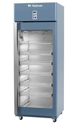 Medikamentenkühlschrank HPR125 von Helmer mit geschlossener Glastüre und Ansicht von der Seite