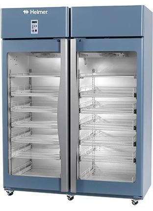 Medikamentenkühlschrank HPR245 von Helmer mit geschlossenen Glastüren und Ansicht von der Seite