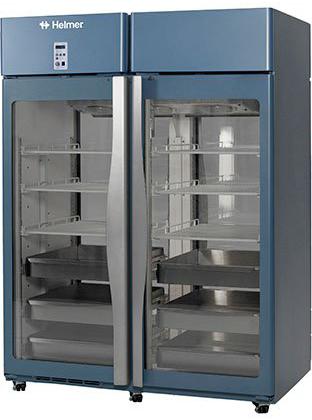 Medikamentenkühlschrank HPR456 von Helmer mit geschlossener Glastüre und Ansicht von der Seite