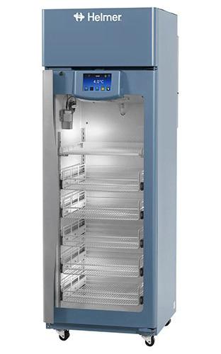 Medikamentenkühlschrank iPR111 von Helmer mit geschlossener Glastüre und Ansicht von der Seite