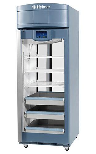 Medikamentenkühlschrank iPR225 von Helmer mit geschlossener Glastüre und Ansicht von der Seite