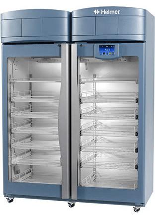 Medikamentenkühlschrank iPR256 von Helmer mit geschlossenen Glastüren und Ansicht von der Seite