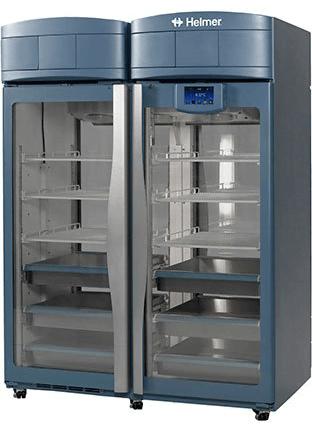 Medikamentenkühlschrank iPR456 von Helmer mit geschlossenen Glastüren und Ansicht von der Seite