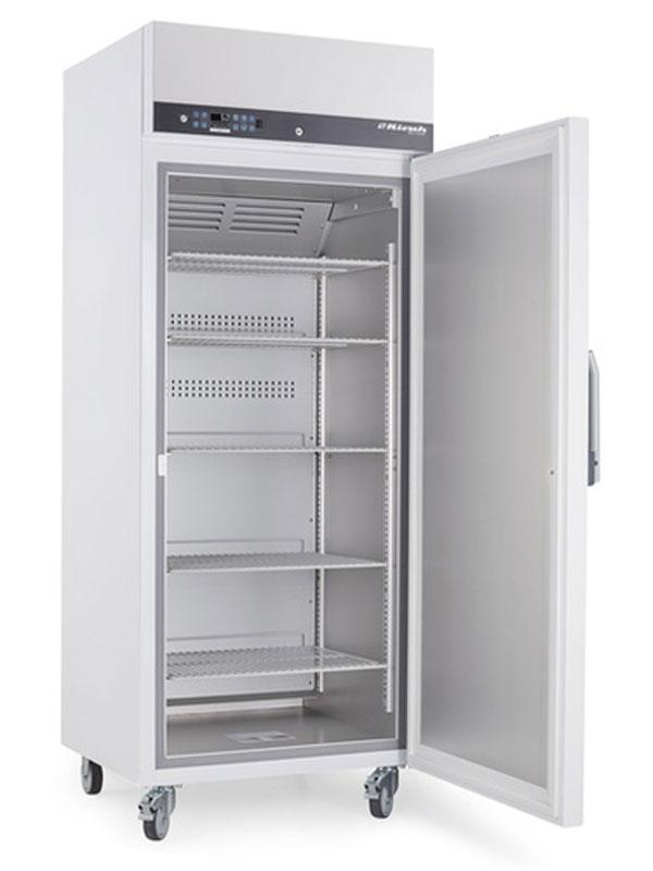 Laborkühlschrank LABO-520 von Kirsch mit offener Standardtüre und Ansicht von der Seite