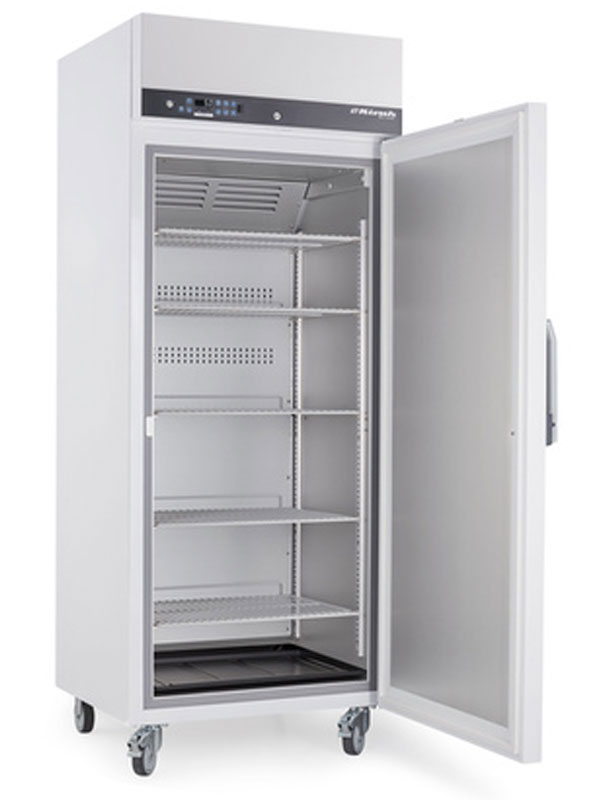 Explosionsgeschützter Laborkühlschrank LABEX-520 von Kirsch mit offener Standardtüre und Ansicht von der Seite