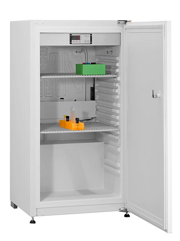 Laborkühlschrank LABO-125 von Kirsch mit offener Standardtüre und Ansicht von der Seite