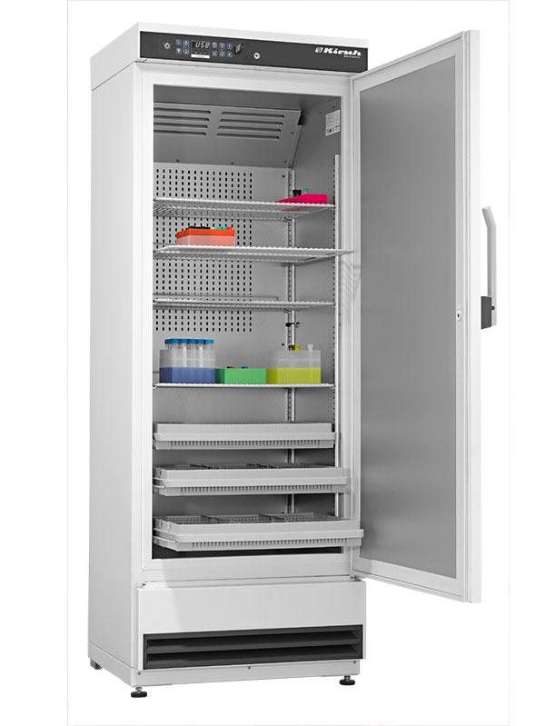 Laborkühlschrank LABO-340 von Kirsch mit offener Standardtüre und Ansicht von der Seite
