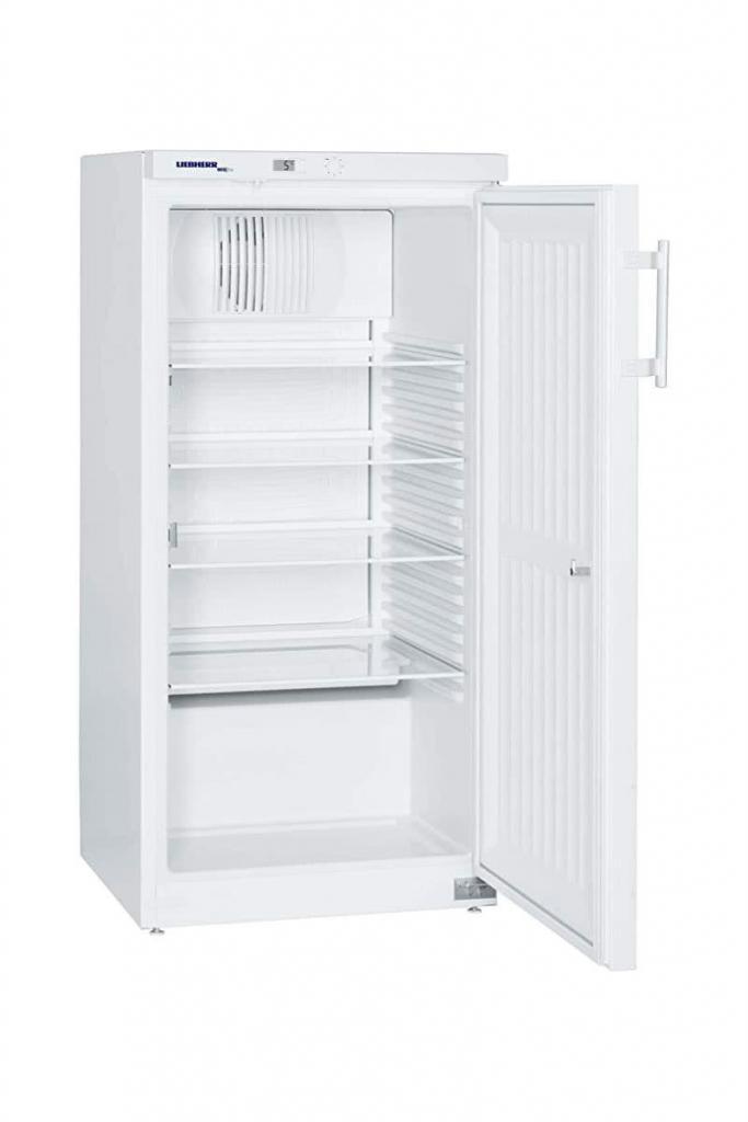 Explosionsgeschützter Laborkühlschrank LKexv 2600 von Liebherr mit offener Standardtüre und Ansicht von der Seite