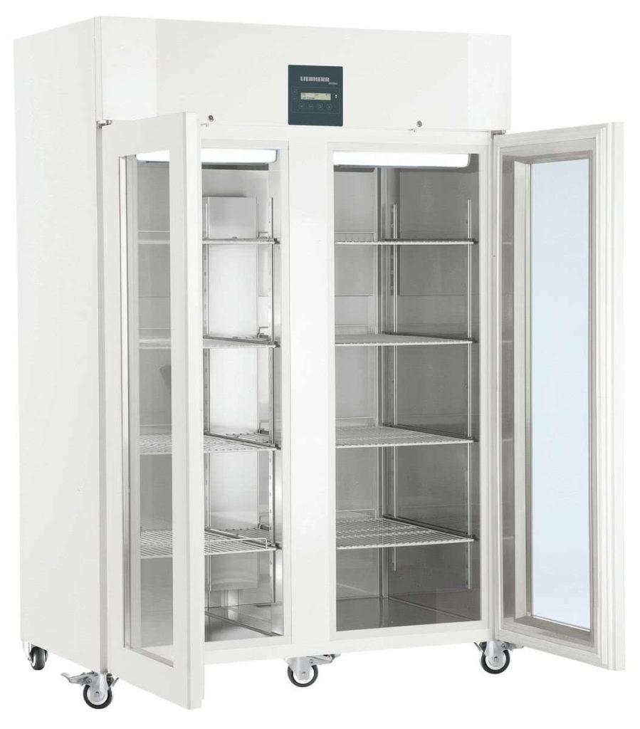 Explosionsgeschützter Laborkühlschrank LKPv 1423 von Liebherr mit offener Standardtüre und Ansicht von der Seite