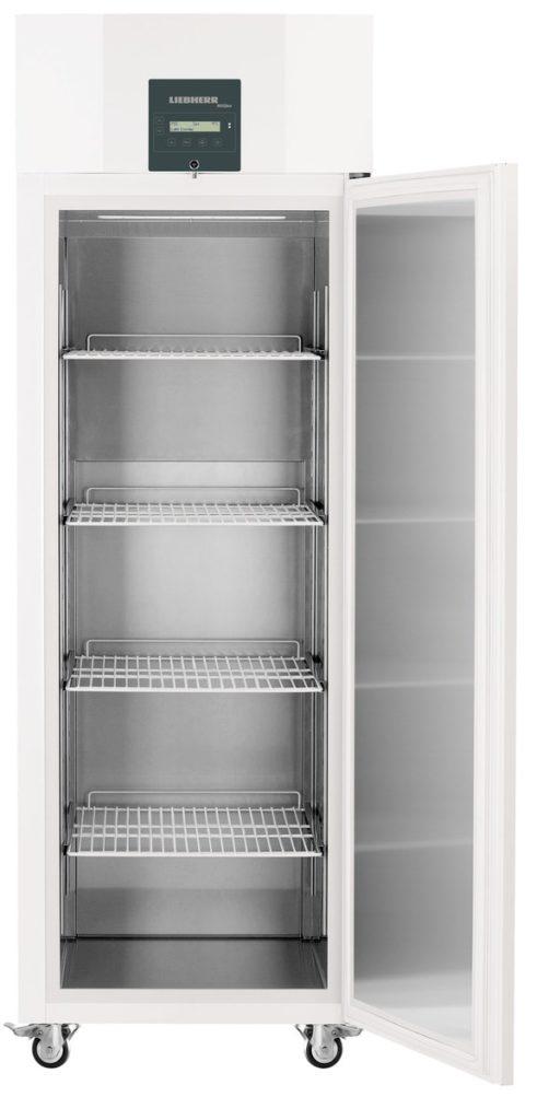 Laborkühlschrank LKPv 6520 von Liebherr mit offener Standardtüre und Ansicht von vorne