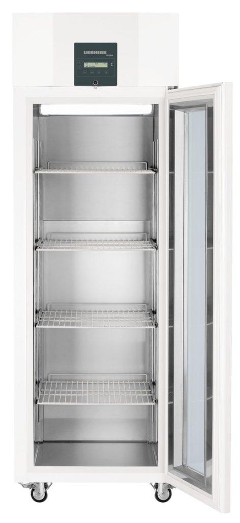 Laborkühlschrank LKPv 6523 von Liebherr mit offener Standardtüre und Ansicht von vorne