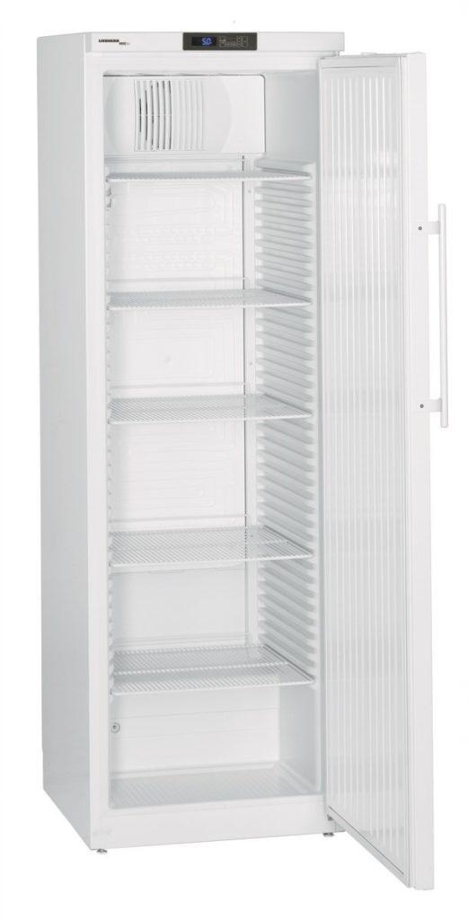 Laborkühlschrank LKv 3910 von Liebherr mit offener Standardtüre und Ansicht von der Seite
