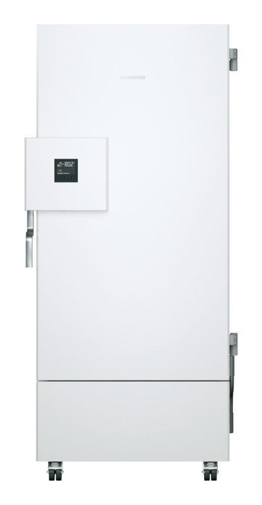 Labor Ultratiefkühlschrank SUFsg 5001 H72 mit Wasserkühlung von LIEBHERR mit geschlossener Türe und Ansicht von vorne für die Kryokonservierung