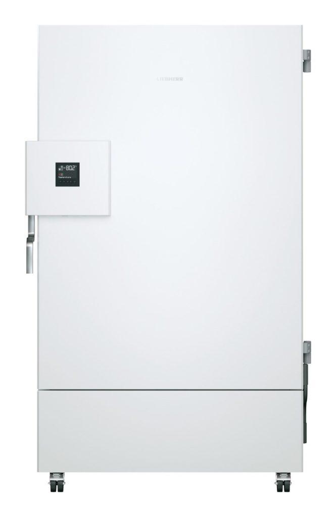 Labor Ultratiefkühlschrank SUFsg 7001 H72 mit Wasserkühlung von LIEBHERR mit geschlossener Türe und Ansicht von vorne für die Kryokonservierung
