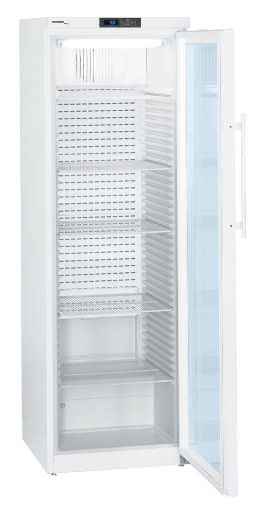 Medikamentenkühlschrank MKv 3913 von Liebherr mit offener Glastüre und Ansicht von der Seite