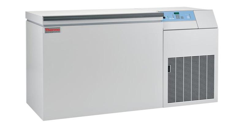 Kryogene Labor Ultratiefkühltruhe ULT10140-9-V von Thermo Scientific REVCO mit geschlossenem Deckel und Ansicht von der Seite