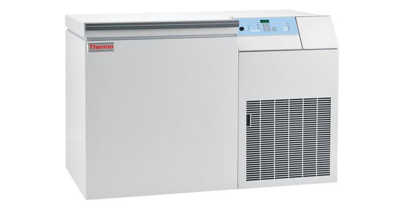 Kryogene Labor Ultratiefkühltruhe ULT7150-9-V von Thermo Scientific REVCO mit geschlossenem Deckel und Ansicht von der Seite