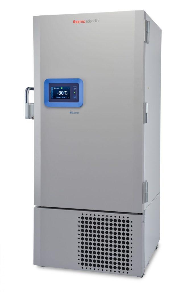Labor Ultratiefkühlschrank RLE50086V von Thermo Scientific REVCO mit geschlossener Standardtüre und Ansicht von der Seite